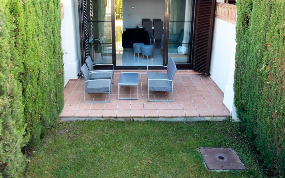 galeria-memoria-calidades-los-olivos-adosados-sierra-cortina-terraza-jardin-es-jpg